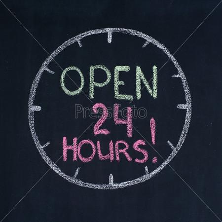 Циферблат с текстом Открыто 24 часа!, на доске