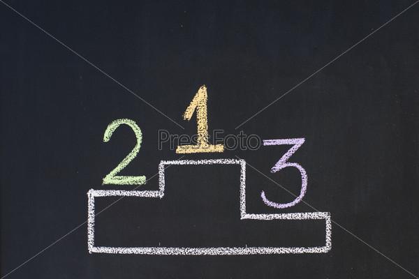 Пьедестал  с цифрами 1, 2 и 3, нарисованный мелом на доске