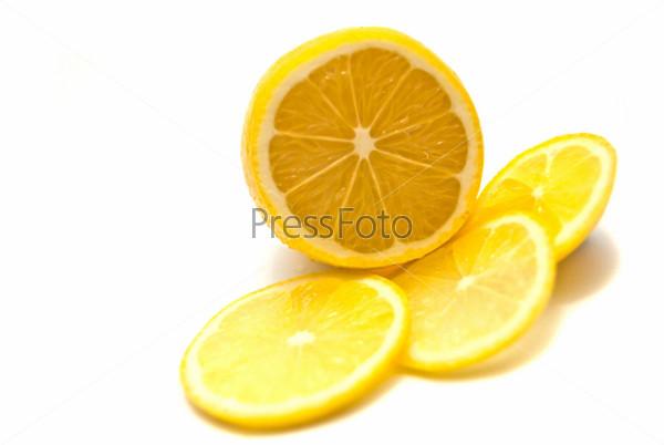 Лимон на белом фоне