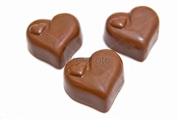 Три конфеты на белом фоне