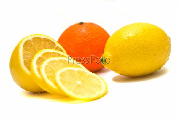 Лимоны и мандарин на белом фоне