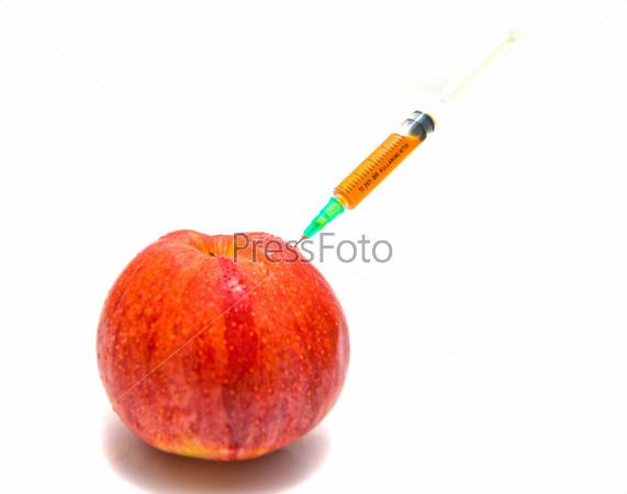 Красное яблоко и шприц на белом фоне