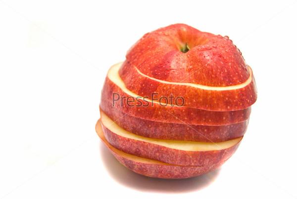 Порезанное красное яблоко на белом фоне