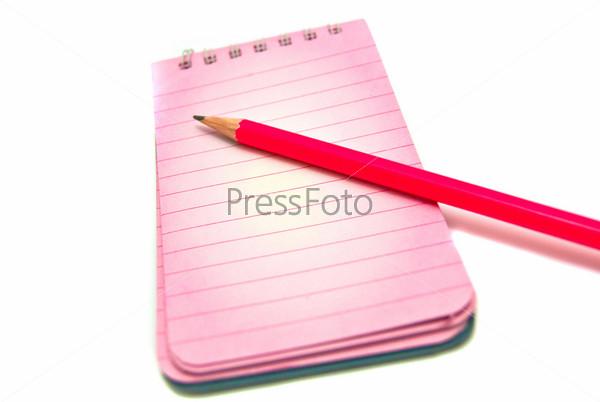 Блокнот и карандаш на белом фоне