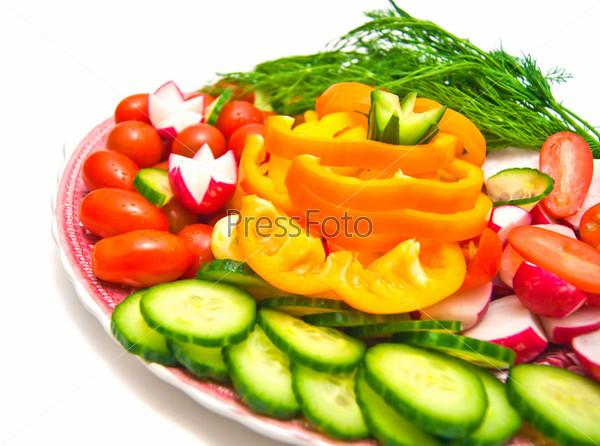 Свежая овощная нарезка на тарелке на доске на белом фоне