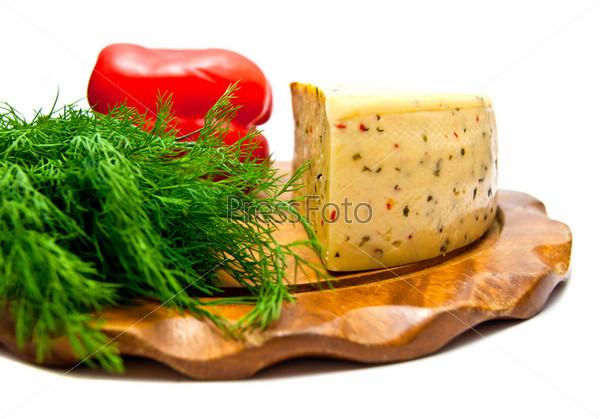 Сыр с паприкой и зелень крупным планом на белом фоне