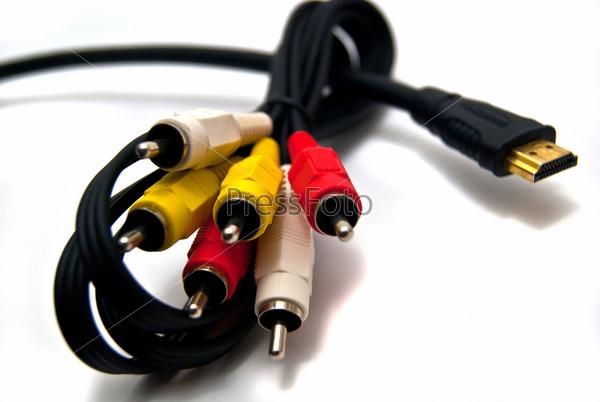 Комбинированный кабель и кабель HDMI на белом фоне