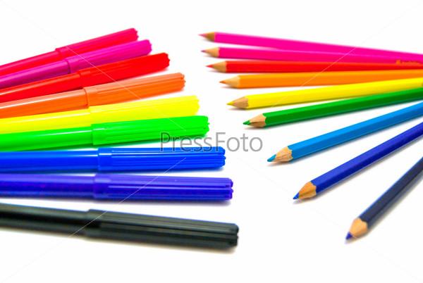Фотография на тему Цветные карандаши и фломастеры на белом фоне