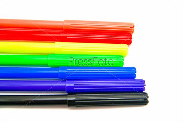 Фотография на тему Цветные фломастеры на белом фоне