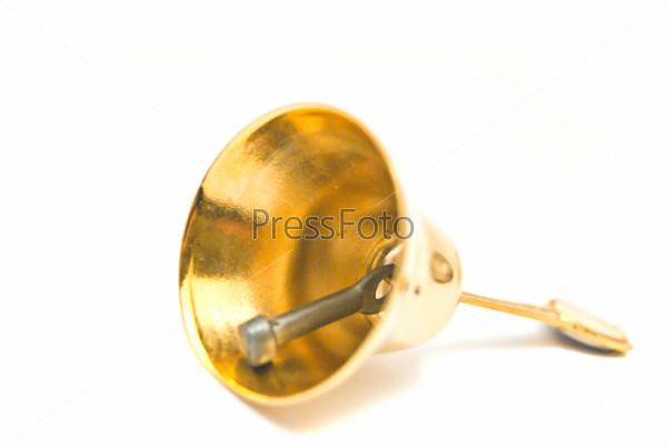 Золотой колокольчик крупным планом на белом фоне