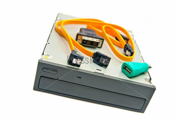 Черный дисковод и провода на белом фоне