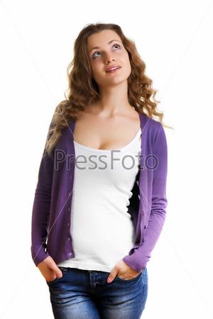 Счастливая красивая девушка в белой майке и фиолетовом кардигане