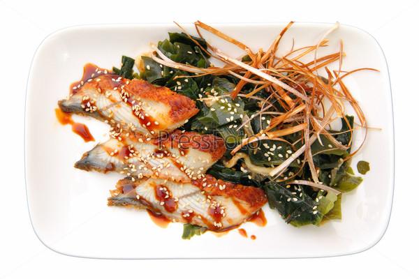 Сашими унаги с ломтиками копченого угря и водорослями на прямоугольном блюдо на белом фоне