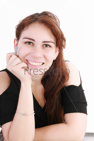 Портрет милой деловой женщины с ручкой за рабочим столом на белом фоне