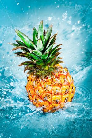 Свежий ананас в воде
