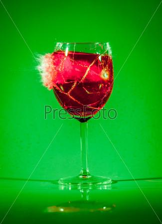 Разбитый стакан вина