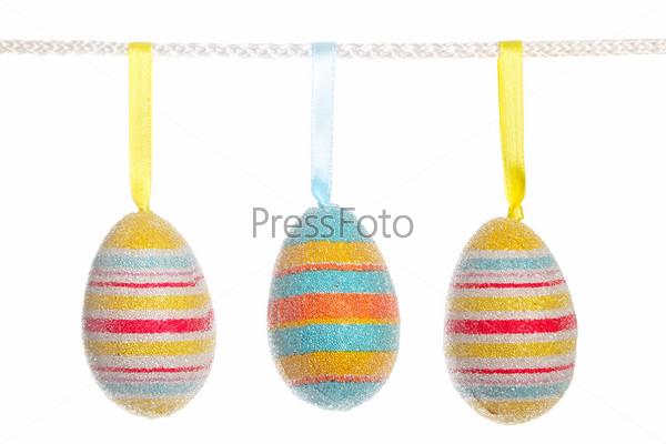 Фотография на тему Разноцветные пасхальные яйца, изолированные на белом фоне