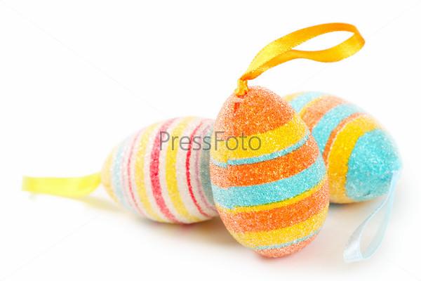 Разноцветные пасхальные яйца, изолированные на белом фоне