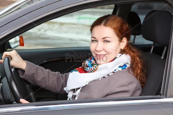 Симпатичная женщина за рулем автомобиля
