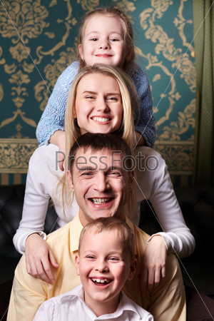 Фотография на тему Семья у себя дома