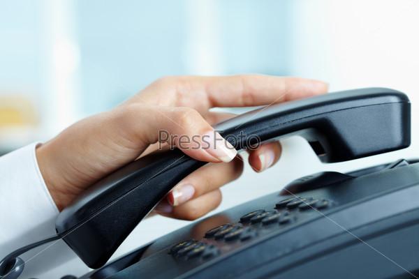 Рука с телефонной трубкой