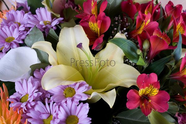 Букет из желтых лилий, орхидей и хризантем