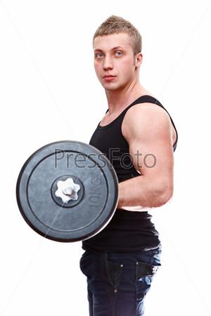 Мускулистый мужчина в черной майке со штангой изолирован на белом фоне