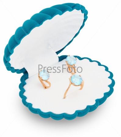 Ювелирные изделия с голубыми топазами в красивой шкатулке в форме устрицы