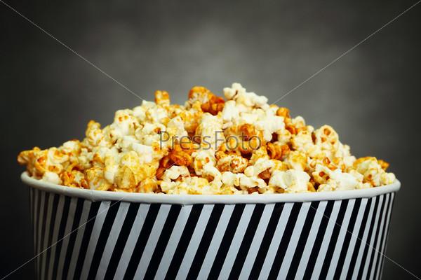 Фотография на тему Попкорн в ведре на черном фоне