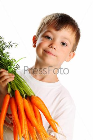 Мальчик со свежей морковью, изолированный на белом фоне