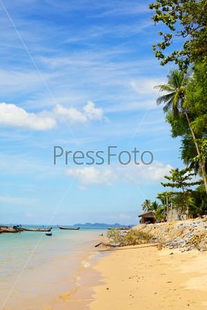 Тропический песчаный пляж в Андаманском море, Таиланд