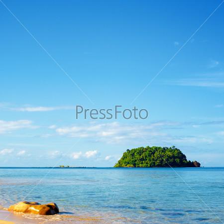Остров с тропическими джунглями и песчаный пляж в Андаманском море, Таиланд
