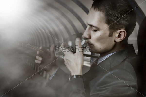Роскошная жизнь. Портрет делового человека с бокалом коньяка и сигарой