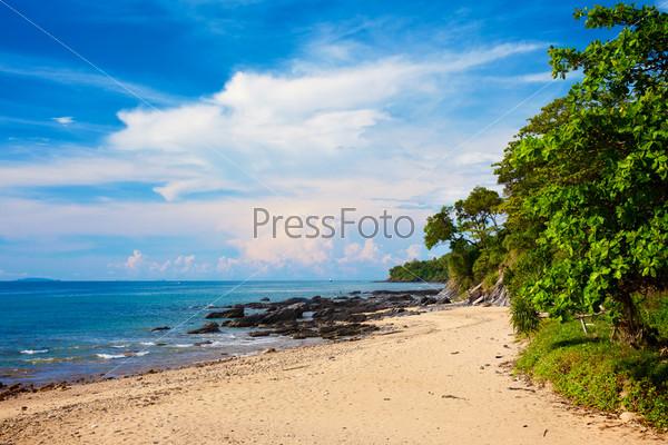 Солнечный берег с камнями и джунглями, Таиланд