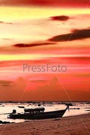 Лодка на закате на берегу Андаманского моря, Кох Либонг, Таиланд