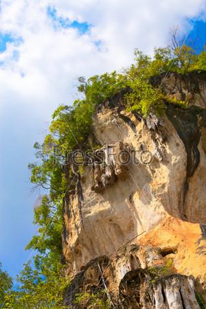 Гора с зелеными деревьями в Краби, Таиланд