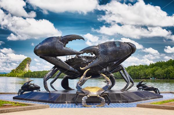 Статуя краба, символ города, в Краби, Таиланд