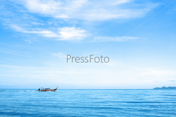 Морской пейзаж с лодкой и скалами, Андаманское море, Таиланд