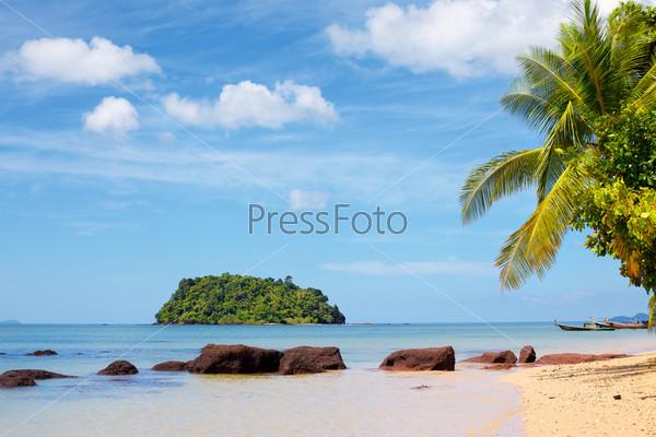 Фотография на тему Тропический песчаный пляж в Андаманском море, Таиланд