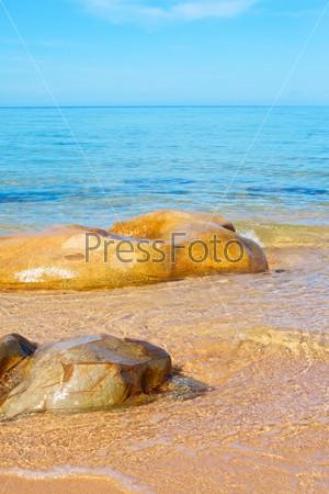 Прозрачное море и большой камень в солнечный день