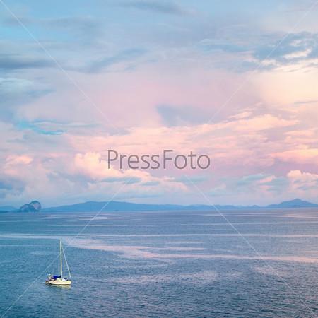 Яхта в Андаманском море на закате, Таиланд