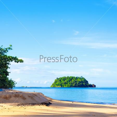 Остров с тропическими джунглями в Андаманском море, Таиланд