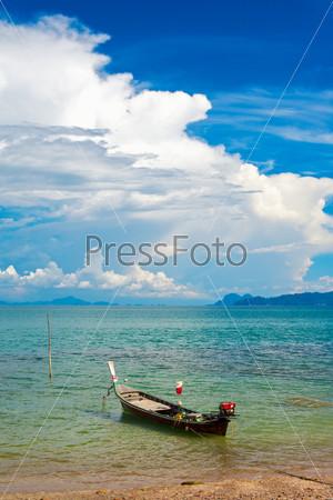 Традиционная тайская длинная лодка на пляже в Таиланде