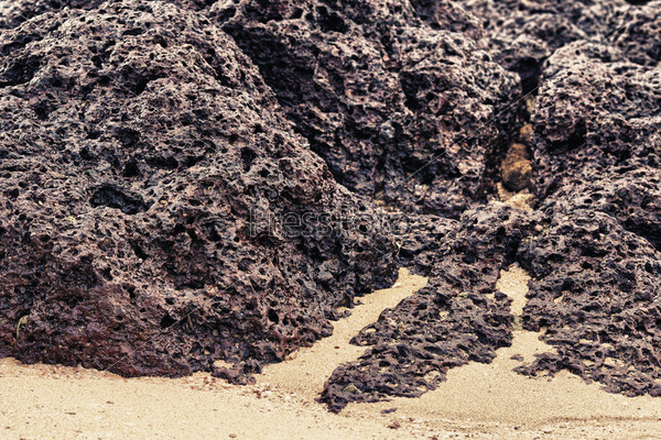 Скальные породы и песок на берегу, Таиланд