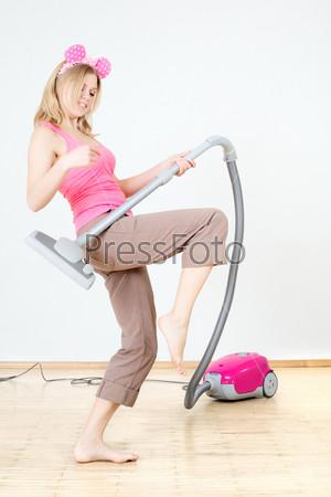 Фотография на тему Белокурая домохозяйка занимается работой по дому