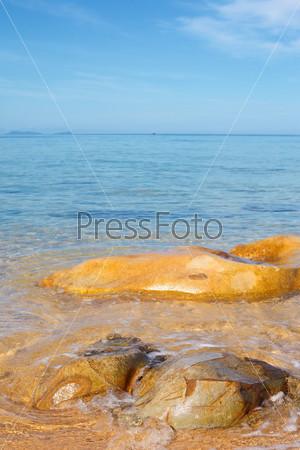 Фотография на тему Прозрачный море и большой камень в солнечный день