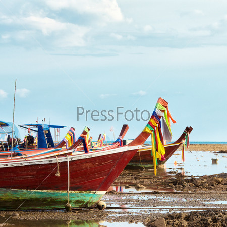 Лодки на побережье Андаманского моря, Кох Либонг, Таиланд