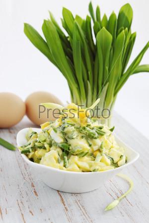 Фотография на тему Салат с черемшой и яйцом на деревянной доске