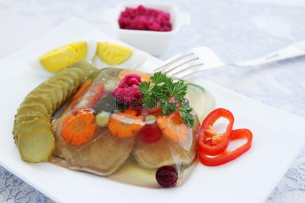 Фотография на тему Заливное из говяжьего языка с хреном и овощами