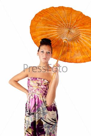 Молодая красивая женщина с азиатским зонтиком, изолированная на белом фоне